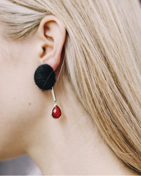 BLACK FUR RED DETAIL EARRINGS